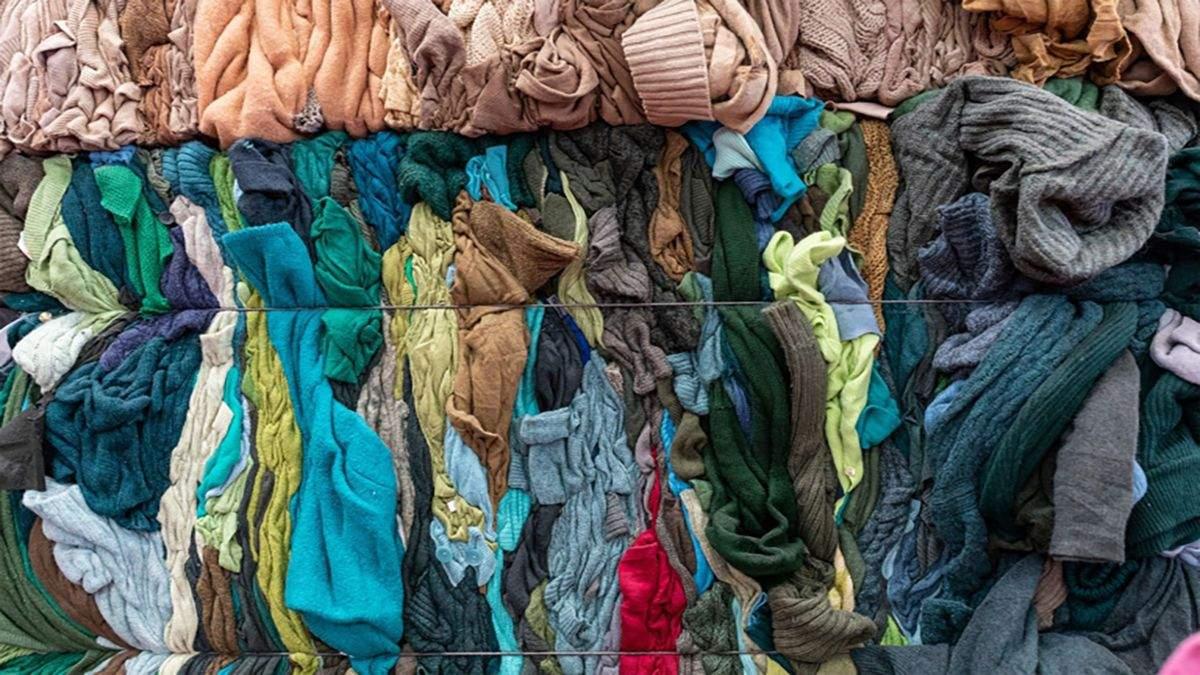 Як старе дрантя перетворюють у новий одяг