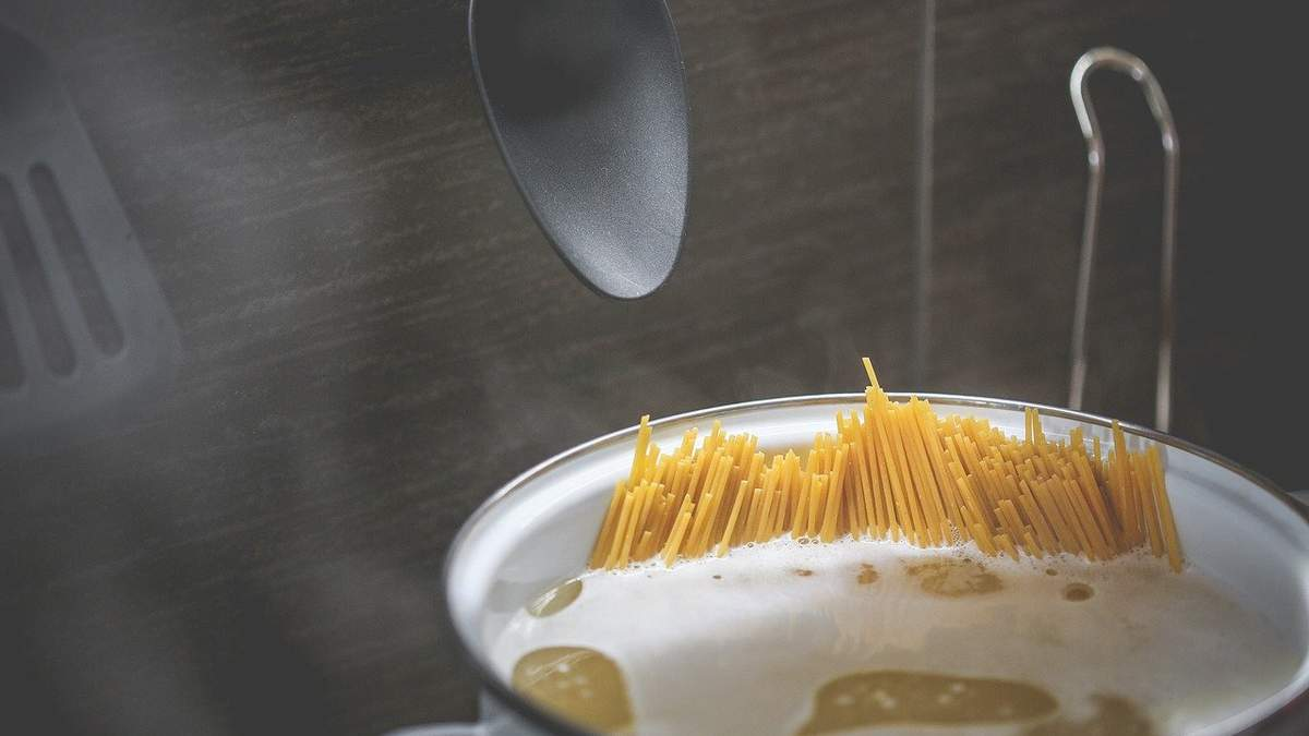 Чому не варто виливати воду з-під макаронів: секрет застосування