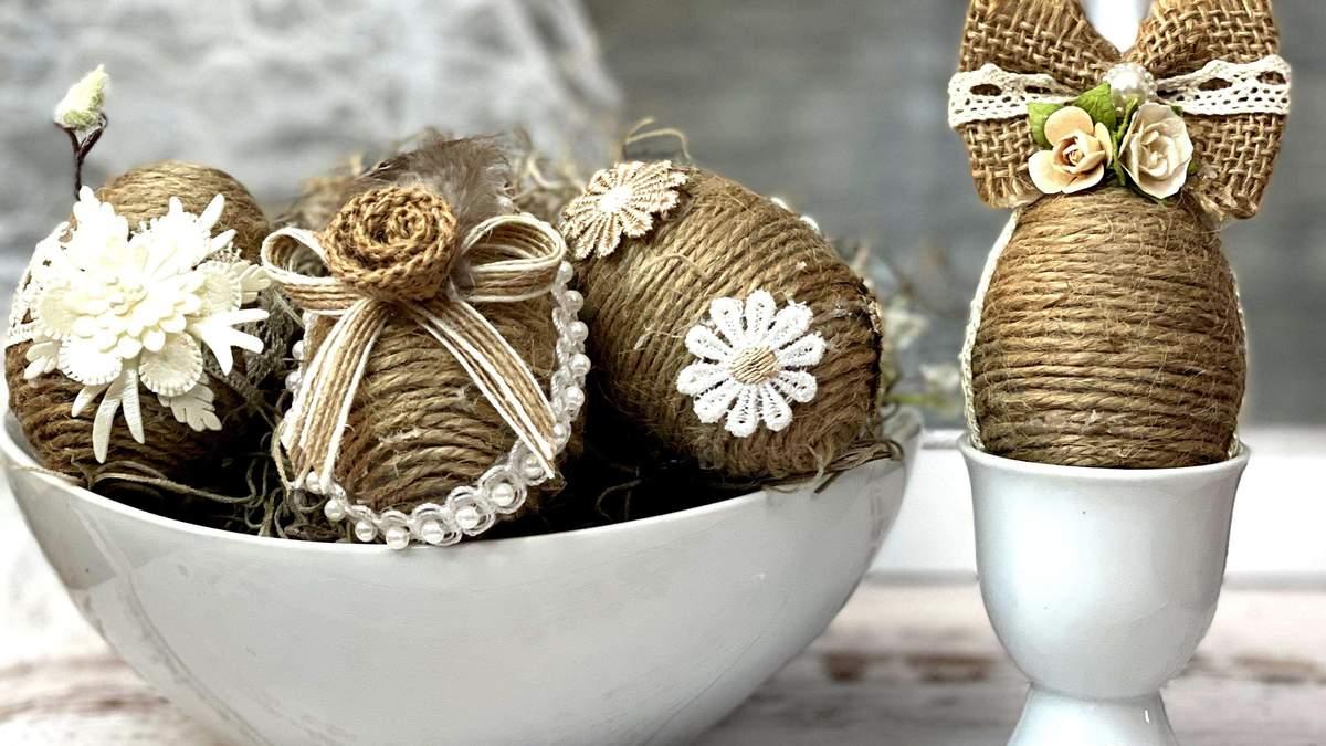 Пасхальные яйца, декорированные шнурком и кружевной тканью