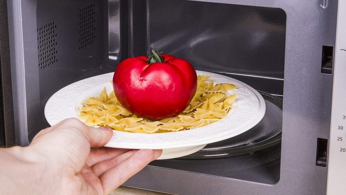 Посуд та продукти, які не можна нагрівати у  мікрохвильовці