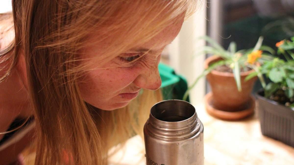 Простий спосіб швидко вимити пляшку з вузьким горлом
