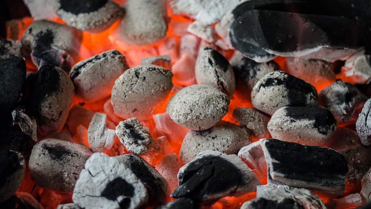 Візьміть пляшку та газету: найлегший спосіб розпалити вугілля в мангалі