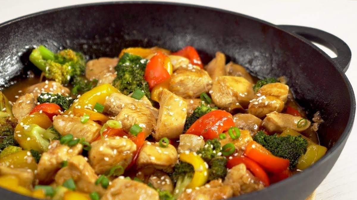Що приготувати на вечерю: рецепт курячого філе з горіхами та овочами