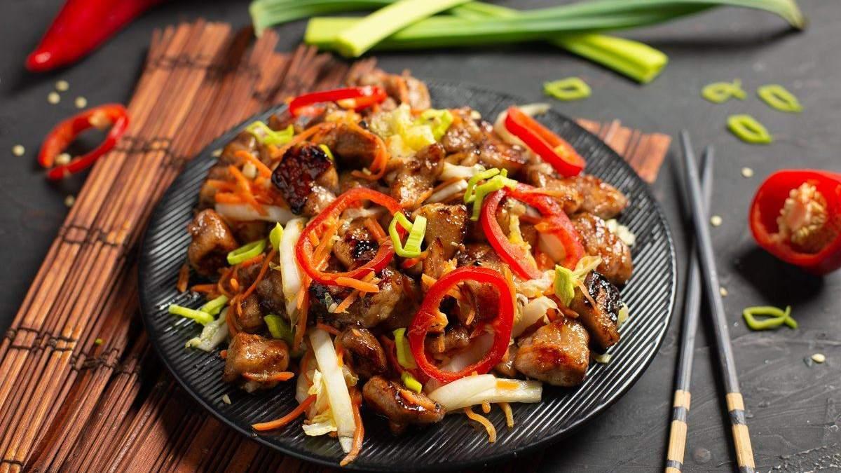 Як приготувати теплий салат з курячим філе та овочами: покроковий рецепт