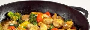 Що приготувати на вечерю: рецепт незвичайного курячого філе з горіхами та овочами