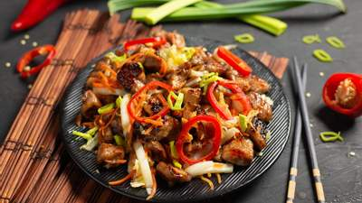 Худніть смачно: дієтичний рецепт теплого салату з курячим філе та овочами