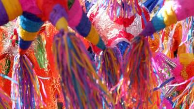 Вакцинация и эмиграция: художники воссоздали современные проблемы в цветных пиньятах