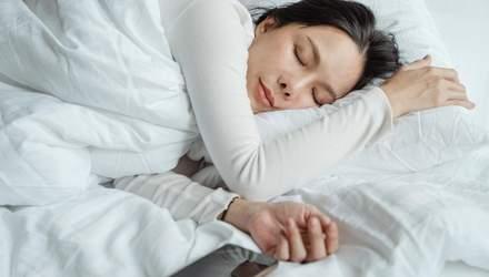 Чому треба засинати без гаджетів і як цьому навчитися: дієві поради