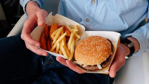 """Як їсти фастфуд """"на ходу"""": лайфхаки від McDonald's"""