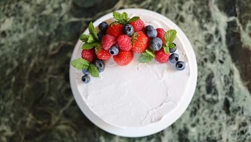 Як гарно прикрасити торт літніми ягодами: ідеї у фото
