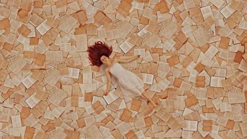 Не чтением единым: женщина создает невероятные инсталляции с помощью сотен книг