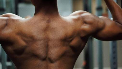 Как накачать широкие плечи дома: видео тренировки с резиновой петлей